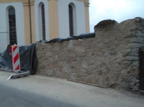 Kirchenmauer Kirschkau